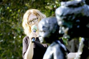 Matilda Svensson från Konstcentrum pratar om Torstens Fridhs skulptur