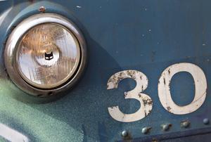 Den lilla katten på framljusen är det franska märket Marshalls symbol. Den används som standardbelysning för många tågfordon.