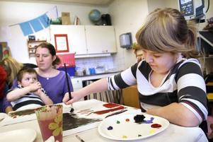 UNG KONSTNÄR. Belinda Strandli, tio år, var tveksam i starten men valde sedan att måla med dova färger.
