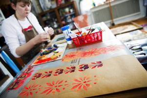 Helena Bratt gillar att måla mönstren med fluorescerande färger.