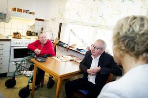 Hemtjänsten i Örnsköldsviks kommun ska förbättras. Nya riktlinjer som införs 1 december ska ge brukarna större inflytande. Göta Svensson, 77, har hemtjänst och gläds åt beskedet som politikerna Jan-Olof Häggström och Anna-Belle Strömberg.