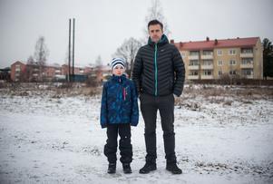 Henrik Eriksson och sonen Fabian visar platsen som föreslagits i e-förslaget.