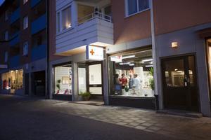 På ny plats. Ett riktigt guldstråk för alla loppisälskare blir Storgatan i Sandviken när Röda Korset i dag inviger sina nya lokaler – vägg i vägg med Frälsningsarméns Kamelfyndet och mitt emot Ånyo.