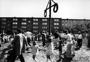 Tidig midsommar. Den 14 juni 1971. Midsommarfest i området Furudal-Furulund på Norra Malmaberg.