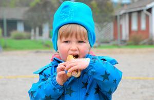 Gillar varm korv. En lunchpaus måste man förstås ha när man har jobbat i trädgården. Jonathan Wickenhäuser äter korv.