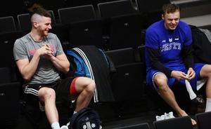 Dino Cinac och Jaan Puidet på skojfriskt humör innan tisdagens skotträning. Cinac spelar sin bästa basket i Jämtlandslinnet just nu, trots att han fortfarande hämmas sommarens handskada.