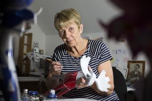 """""""Om jag är duktig målar jag 100 älgar per år"""", berättar Marianne."""