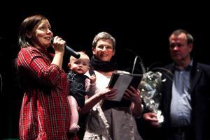 Kajsa Engman med dottern Leia i famnen var både förvånad och glad när hon tog mot priset för Kvartersteaterns räkning, av ane och Kjell Rönnqvist, föräldrar till Nathalie.