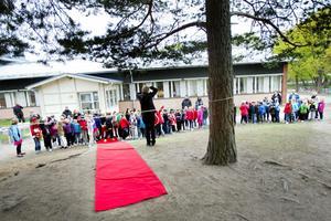 Vaktmästare Daniel Mählby fick den stora äran att klippa bandet och förklara Milboskolans nya lekplats invigd. Barnen tittade förväntansfullt på.