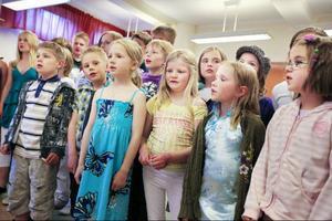 Det var glädje i rösterna när barnen i Västbygdens skola sjöng in sommaren på skolavslutningen i går kväll.