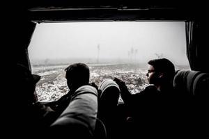 Utanför bussfönstret ligger kallhygget inbäddad i dimman.