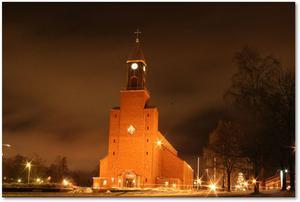 Stora kyrkan en kall vinterkväll.Tagen från Österängsparken, längs ner på parkeringen.
