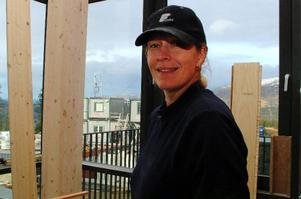 Snickare Anneli Englund-Avanzato från Östersund är ensam kvinna på Copperhillbygget.  Hon har 15 års jobbvana och har bland annat jobbat i Idaho, USA.