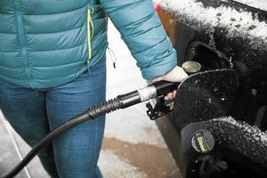 En avgift direkt vid pumpen som sedan samlas i en fond för att delas ut till alla vuxna, är Klimatsvarets recept.