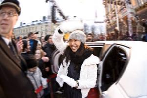Som en stjärna. Till sist får Alice Svensson kliva ur limousionen som kört fram och tillbaka några gånger.