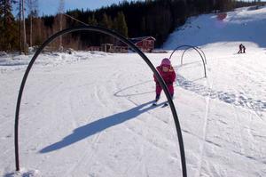 """Wilma Häggkvist var en baddare på att åka genom """"slangarna"""", trots att hon bara testat skidor några gånger.   Foto: Carin Selldén"""