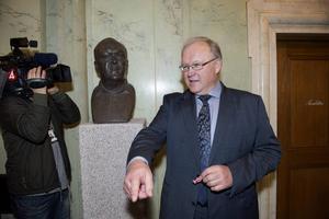 Göran Persson lockas fram av media för att peka med hela handen hur (S) borde agera.
