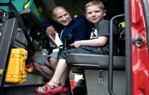 – De får inte köra för fort nu bara för då kommer polisen, säger Zackarias Berglin, 5 år, Segersäng, innan han åker iväg med brandbilden på en liten tur. Med i bilen är också pappa Christoffer Berglin.