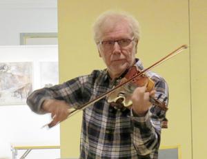 Hans Ehrling från Rättviks spelmanslag visade hur en stråke ska hanteras när Rättviks spelmanslag enligt sportlovstraditionen bjöd på en öppen övningskväll i Rättviks kulturhus.