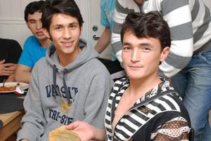 Till vänster Naser Amiri och Muhammad Abassi skötte julaftonens kocksysslor med den äran.