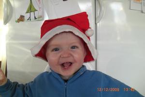Så här glad blev vår lilla 11 månaders kille Albin när tomtemössan kom på o kameran kom fram. Julklappssnörena var dock roligaste julklappen..