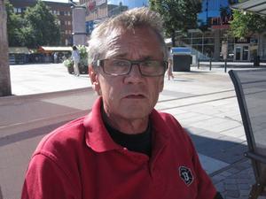 Peter Friskman, 59 år, sjukpensionär, Gävle.– Jag märker inte av så mycket gnäll. Gävle har blivit mycket öppnare de senaste tio åren, folk är trevliga här. Jag tror det där är en gammal myt att Gävlebor är extra vresiga eller skadeglada. Däremot är det farligt när vi delar upp samhället i olika klasser, rika för sig och fattiga för sig. Det skapar barriärer och fördomar som kanske kan mynna ut i tråkiga kommentarer. Visst det kan ta lite tid att komma folk in på livet här och vi har ju dialekten emot oss, men som helhet är det väldigt bra i Gävle.