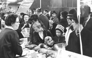 Enligt de dåvarande köpmännen passerade 30 000 personer det nya varuhuset under den första invigningsdagen. Även trafiken påverkades, polisen uppgav för LT att bilköerna in till Södertälje var en mil långa.