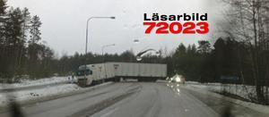 Vid Dalporten i Avesta hamnade denna lastbil på sned på torsdagsmorgonen.