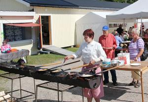 Vanja Isaksson som stekte kôlbullar åt Allan och Margareta Nyström hade med säkerhet dagens hetaste uppgift.