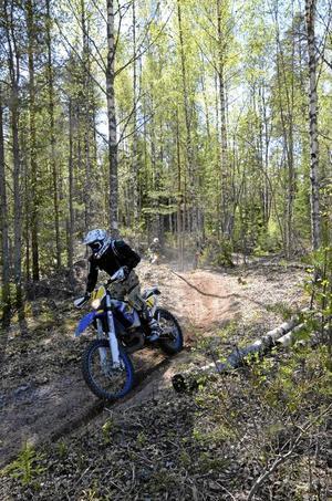 Skoj på hoj. Den en mil långa banan består mestadels av smala skogsstigar.