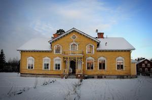 Huset där David Åsblom bor tillsammans med sin familj är av timmer och från mitten av 1800-talet.