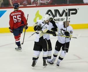 Pittsburgh Penguins spelare måljublar, Carl Hagelin längst till höger.