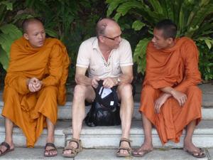Min man diskuterar buddismen med 2 munkar utanför Royal Palace i Phom Penh, Kambodja