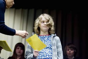 EN BOKSLUKARE. Kevin Stjerndorff är en av de två elever som hade läst mest i sin klass, Skogen 4 på Fridhemsskolan.  I går fick han ta emot en bokcheck.