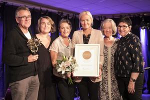 Bollnäs jazz clubs styrelse uppvaktades av Louise Nordgren från Impra (tvåa från vänster) vid säsongspremiären på tisdagskvällen.