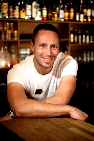 """Drinkexpert. Mathias Fredriksson på Å serverar mycket vindrinkar på sommaren. Saint-Tropez är en av drinkarna, där man blandar rosévin med Fanta. """"En drink som var väldigt poppis bland bratsen för ett par år sedan"""", säger Mathias Fredriksson."""