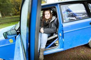 BILAR ÄR LIVET. Evelina Olofsson kommer från en riktig  motorfamilj och tävlar i ungdomsrally med sin Volvo 240.