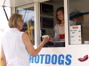 Viktoria Bongenhielm sommarjobbar i en korvvagn i anslutning till Söderhamns flygmuseum på Flygstaden.