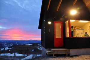 Mattias Tottmark och Anton Lundin diskuterar dagens arbete i liftstationen medan solen är på väg upp i horisonten.