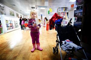 5-åriga Allis Haglund gick på dubbelkalas då biblioteket firade såväl sin egen 40-årsdag i huset som Alfons Åbergs.