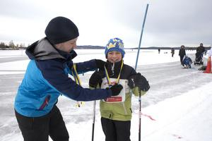 Sjuårige Ludvikakillen Sigge Björk var en av många som fick ta emot medalj av Jens Möllberg från Källbottens IK. Detta vid