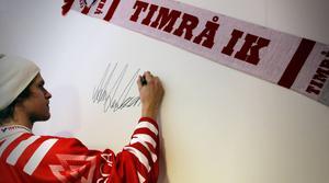 Anton Axelsson får signera en vägg 2010.