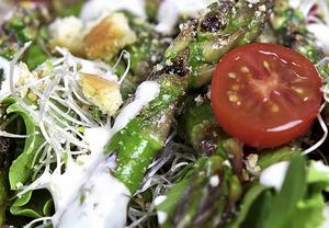 Panngrillad grön sparris med blandade grönsaker och hemrörd Caesardressing är mat i tiden.