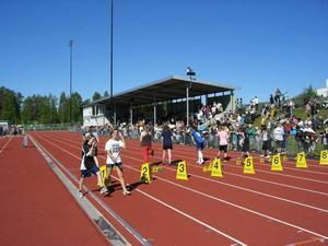 I gassande solsken gjorde sig flickorna från årskurs fem redo för starten i 60-metersloppet.
