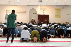 Abo Raad leder bönestunden i Gävle moské.