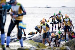 Swimrunatleterna på väg upp på klipporna på Skarp Runmarö i början av Ö till ö 2015 (arkivfoto).