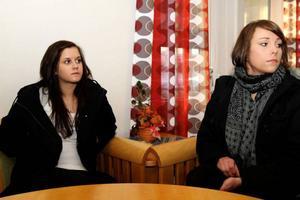"""Emma Herbertsson och Sabina Åberg anser att det verkligen behövs en ungdomsmottagning i Sveg. """"Det går åt en hel dag om vi ska åka till Östersund"""", säger de."""