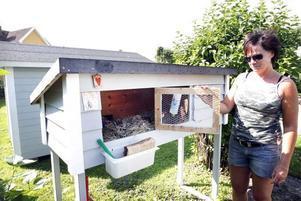 Ingrid Rosén visar den numera tomma kaninburen. Där bodde Emil fram tills han blev stulen.