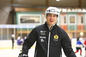 Hemma på isen i Dunderhallen i Strömsund där han, tillsammans med sitt Skellefteå deltog på en öppen träning för barn från hela Jämtland.
