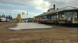 Nu återstår bara en kortare förflyttning av Brostugan till den nygjutna betongplattan vid Postgränd.